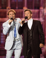 Helmut cantando con Cliff Richard